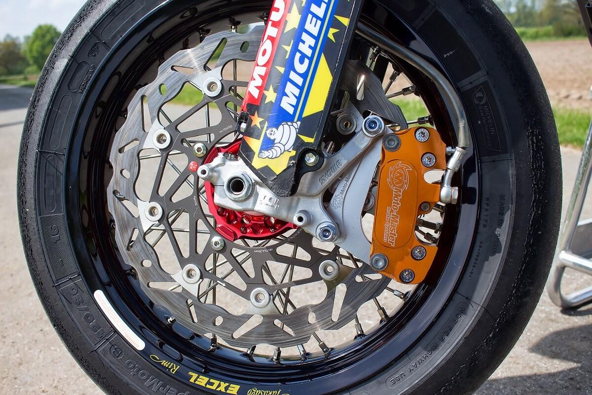 320mm Braking Scheibe und Moto-Master Bremssattel.