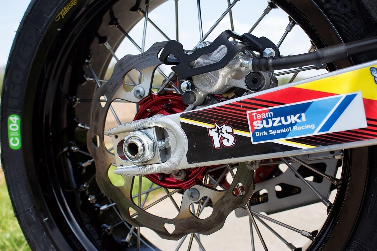 Der Michelin Reifen sitzt auf einer 17x5.5 Felge.